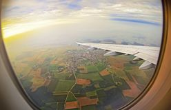 Visión desde la ventana del aeroplano en campos y nubes verdes en Roma Imagenes de archivo