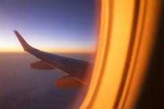 Visión desde la ventana del aeroplano en el amanecer durante el vuelo Imagenes de archivo