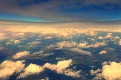 Visión desde la ventana del aeroplano en las nubes de la puesta del sol Fotos de archivo libres de regalías