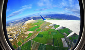 Visión desde la ventana del aeroplano en los campos y las montañas, Cappadocia, Imágenes de archivo libres de regalías