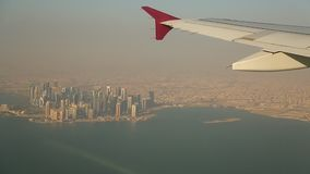 Visión desde la ventana del avión al centro de Doha Rascacielos de Qatar almacen de metraje de vídeo