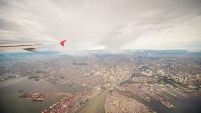 Visión desde la ventana del avión a la ciudad de Manila filipinas Imágenes de archivo libres de regalías
