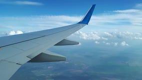 Visión desde la ventana del avión en el ala y las nubes blancas, el vuelo entre las nubes almacen de video