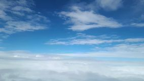 Visión desde la ventana del avión en las nubes blancas en el cielo metrajes