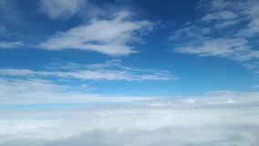 Visión desde la ventana del avión en las nubes blancas en el cielo almacen de metraje de vídeo