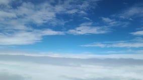 Visión desde la ventana del avión en las nubes blancas, el vuelo entre las nubes almacen de metraje de vídeo