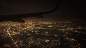 Visión desde la ventana del avión en la noche Luces en aproximación previa al aterrizaje en el aeropuerto metrajes