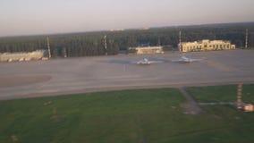 Visión desde la ventana del avión - sacando en el aeropuerto metrajes