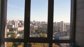Visión desde la ventana del piso pasado acercamiento de la ventana en la cámara lenta ventana de Panamá en el apartamento almacen de video