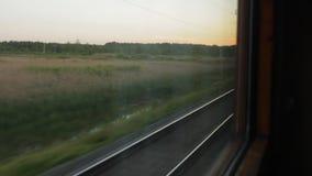Visión desde la ventana del tren en los carriles almacen de video