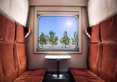 Visión desde la ventana del tren Paisaje del invierno en el día soleado Viaje del tren de la Navidad Imagen de archivo