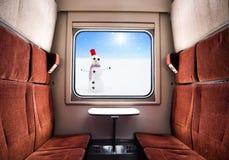 Visión desde la ventana del tren Paisaje del invierno en el día soleado Viaje del tren de la Navidad Imagenes de archivo