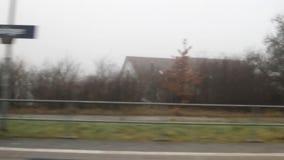 Visión desde la ventana del tren que llega a la estación Baden-Wurttemberg, Alemania almacen de video