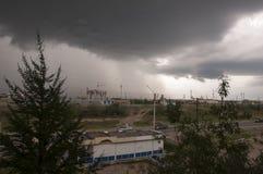 Visión desde la ventana en el día lluvioso con las nubes y el bustop oscuros imágenes de archivo libres de regalías