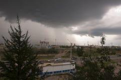 Visión desde la ventana en la calle de la ciudad antes de la lluvia en verano Hay nubes oscuras en el cielo Fotos de archivo libres de regalías