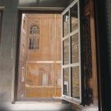 Visión desde la ventana en Roma Fotos de archivo libres de regalías