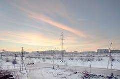 Visión desde la ventana a la calle industial por la mañana frosry del invierno north fotografía de archivo