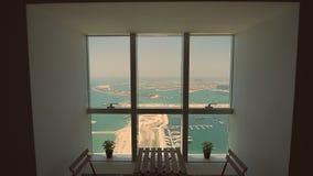 Visión desde la ventana a la palma Jumeirah en Dubai Tiroteo en el movimiento almacen de video