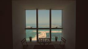 Visión desde la ventana a la palma Jumeirah en Dubai Tiroteo en el movimiento metrajes