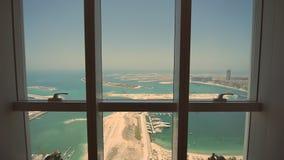 Visión desde la ventana a la palma Jumeirah en Dubai Tiroteo en el movimiento almacen de metraje de vídeo