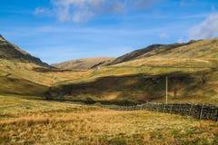 Visión desde las montañas con el cielo azul Imagen de archivo
