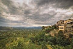 Visión desde las montañas en el valle verde Fotografía de archivo libre de regalías