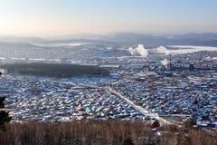 Visión desde las montañas a la ciudad Miass de Ural del invierno fotografía de archivo libre de regalías