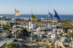 Visión desde las rocas en las banderas y el tejado de Protaras y de t Fotos de archivo libres de regalías