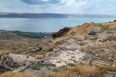Visión desde las ruinas del Griego - ciudad romana del siglo III A.C. - el ANUNCIO del siglo VIII Hippus - Susita al mar de Galil Imagenes de archivo