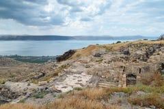 Visión desde las ruinas del Griego - ciudad romana del siglo III A.C. - el ANUNCIO del siglo VIII Hippus - Susita al mar de Galil Imágenes de archivo libres de regalías