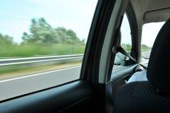 Visión desde las ventanas laterales del coche Foto de archivo