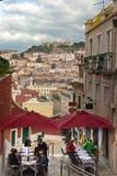 Visión desde Lisbon' neigbourhood de s Chiado hacia el cuadrado y São Jorge Castle de Rossio Foto de archivo libre de regalías