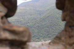 Visión desde los almenajes de la fortaleza de la iglesia de Ananuri fotografía de archivo
