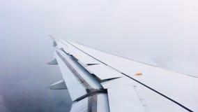Visión desde los aviones en el ala durante la reducción de la altitud del vuelo almacen de metraje de vídeo