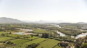 Visión desde los riuns del castillo Skoder en Albania en el Buna del río imagenes de archivo