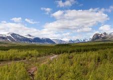 Visión desde Nikkaloukta hacia la cordillera más alta del ` s de Suecia con Kebnekaise como el pico más alto Imágenes de archivo libres de regalías