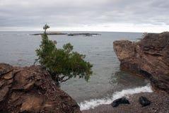 Visión desde piedras negras en el lago Superior, parque de la isla de Presque, Michigan, los E.E.U.U. Foto de archivo libre de regalías