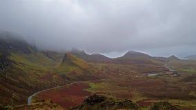 Visión desde Quiraing a la bahía de Staffin durante la lluvia, isla de Skye - Escocia almacen de video