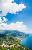 Visión desde Ravello a través a Minori y a Maiori, costa de Amalfi, Italia Imagenes de archivo