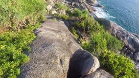 Visión desde rocas en el acantilado del punto de vista de la puesta del sol de la isla de Similan Primera persona POV de HD Gopro almacen de video