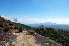 Visión desde sobre el acantilado, con el cielo azul y la montaña, en Doi Inthanon, Chiangmai imagen de archivo libre de regalías