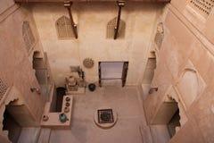 Visión desde sobre la tapa que mira abajo el castillo de Jabreen Imágenes de archivo libres de regalías