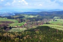 Visión desde Szczeliniec Wielki en las montañas de Gory Stolowe, Polonia Imagen de archivo libre de regalías