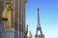 Visión desde Trocadero con las estatuas de oro en la torre Eiffel, París fotografía de archivo libre de regalías