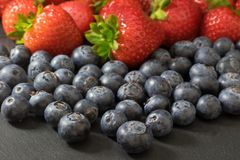 Visión desde un ángulo más alto de una mezcla de fresas y de blueberrie Imagen de archivo libre de regalías