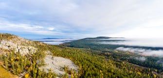 Visión desde un alto top de la colina sobre bosque del otoño en Laponia Fotos de archivo
