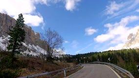 Visión desde un coche de conducción en las carreteras con curvas en las montañas, dolomías, montañas almacen de metraje de vídeo