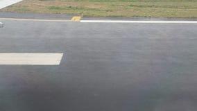 Visión desde un jet que se desliza en pista del aeropuerto según lo visto por dentro de los aviones El avión saca en un aeropuert almacen de video