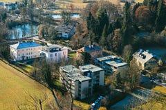 Visión desde un punto álgido a la ciudad histórica de Salzburg Una ciudad en Austria occidental, la capital del estado federal de Imagen de archivo