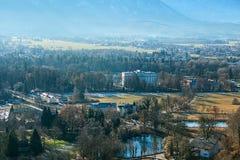 Visión desde un punto álgido a la ciudad histórica de Salzburg Una ciudad en Austria occidental, la capital del estado federal de Fotos de archivo libres de regalías
